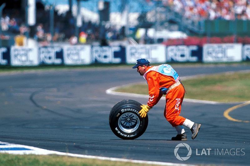 Спокойная гонка Хаккинена была нарушена внезапно отлетевшим задним левым колесом, которое срикошетило от стены и осталось лежать на траектории, вынуждая уворачиваться шедших позади гонщиков