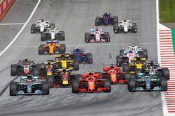 Lewis Hamilton, Mercedes AMG F1 W09, Sebastian Vettel, Ferrari SF71H, Valtteri Bottas, Mercedes AMG F1 W09, ruota a ruota verso curva 1