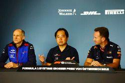 Franz Tost, director del equipo, Toro Rosso, Yusuke Hasegawa, director general de Honda, y Christian Horner, director del equipo, Red Bull Racing, en la conferencia de prensa del viernes