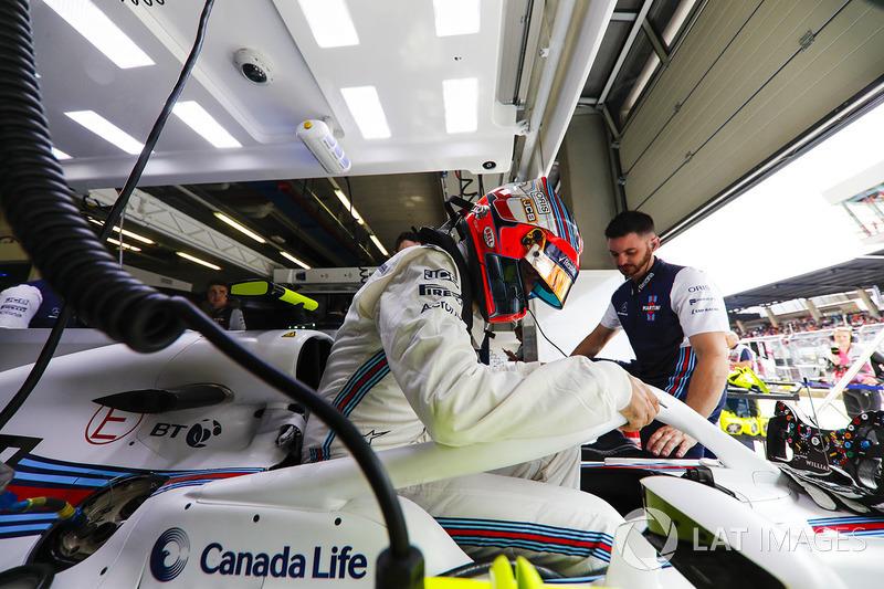 Robert Kubica, Williams FW41, climbs into his car