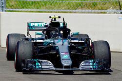 Автомобиль Mercedes AMG F1 W09 Валттери Боттаса после схода