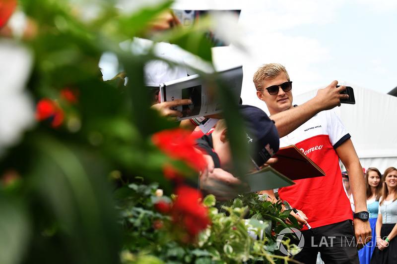 Marcus Ericsson, Sauber prend un selfie avec des fans