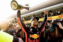 Racewinnaar Daniel Ricciardo, Red Bull Racing viert met zijn team