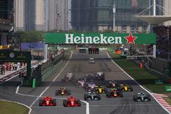 Sebastian Vettel, Ferrari SF71H, Kimi Raikkonen, Ferrari SF71H, Valtteri Bottas, Mercedes AMG F1 W09, Lewis Hamilton, Mercedes AMG F1 W09, Max Verstappen, Red Bull Racing RB14 Tag Heuer, Daniel Ricciardo, Red Bull Racing RB14 Tag Heuer, Nico Hulkenberg, Renault Sport F1 Team R.S. 18, Carlos Sainz Jr., Renault Sport F1 Team R.S. 18, and the rest of the field at the start of the race
