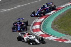 Charles Leclerc, Sauber C37 leads Brendon Hartley, Scuderia Toro Rosso STR13