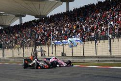 Romain Grosjean, Haas F1 Team VF-18 y Esteban Ocon, Force India VJM11 batalla