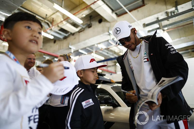 Lewis Hamilton, Mercedes AMG F1,con fans