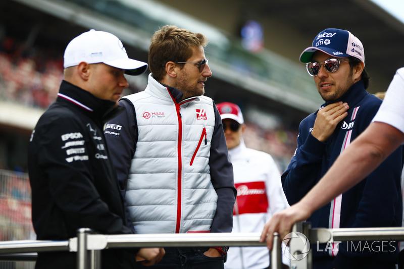 Valtteri Bottas, Mercedes AMG F1, Romain Grosjean, Haas F1 Team, y Sergio Perez, Force India, en el desfile de pilotos