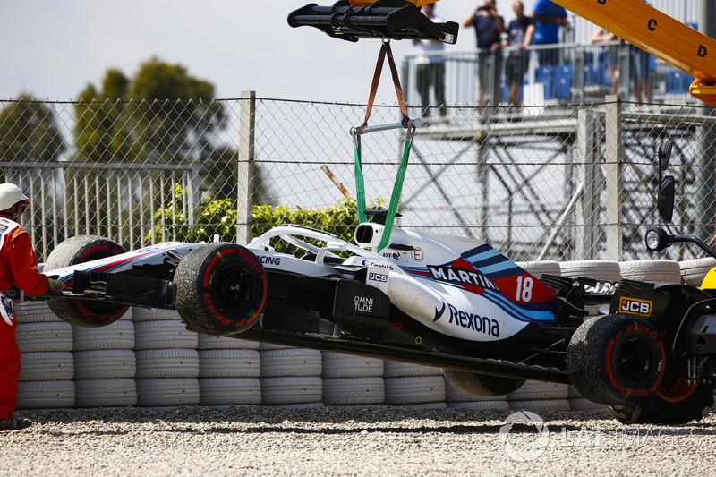 Los oficiales retiran el coche de Lance Stroll, Williams FW41, de la grava