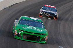 Kyle Larson, Chip Ganassi Racing, Chevrolet Camaro Clover ed Erik Jones, Joe Gibbs Racing, Toyota Camry Reser's