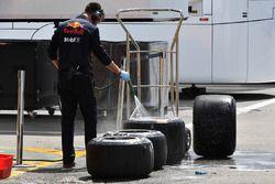Un meccanico Red Bull Racing lava degli pneumatici Pirelli