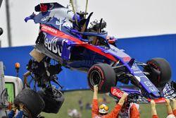 De gecrashte auto van Brendon Hartley, Scuderia Toro Rosso wordt geborgen