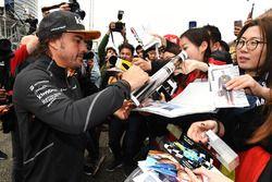Fernando Alonso, McLaren firma autógrafos para los fanáticos
