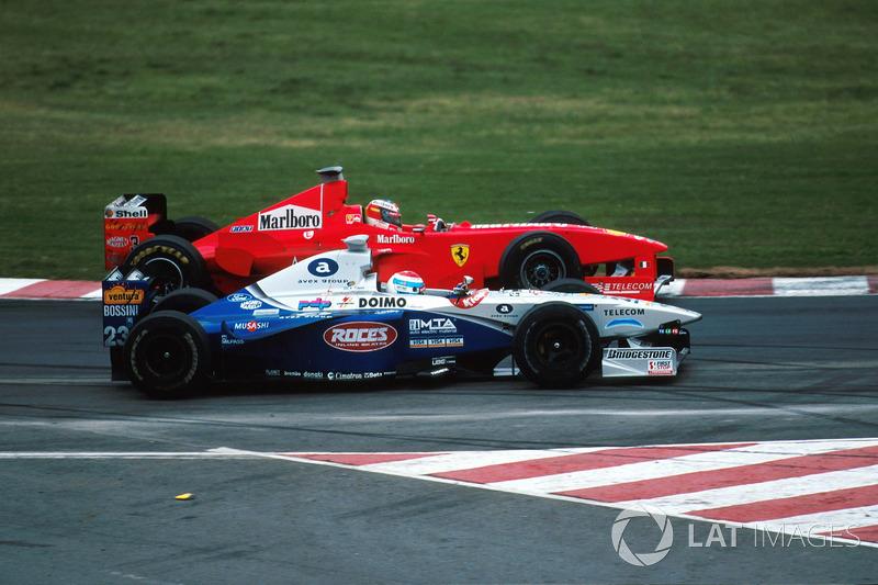 Michael Schumacher, Ferrari F300 y Esteban Tuero, Minardi Ford M198