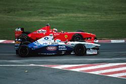 Michael Schumacher, Ferrari F300 dubbelt Marc Gene, Minardi Ford M198