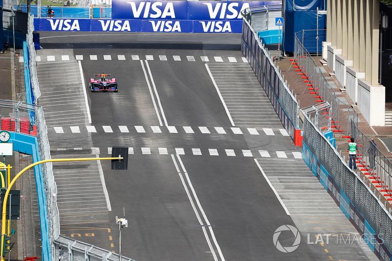 Il pilota Giancarlo Fisichella, in una monoposto di Formula E