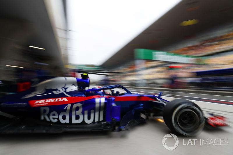 Pierre Gasly, Toro Rosso STR13 Honda, sale del garaje