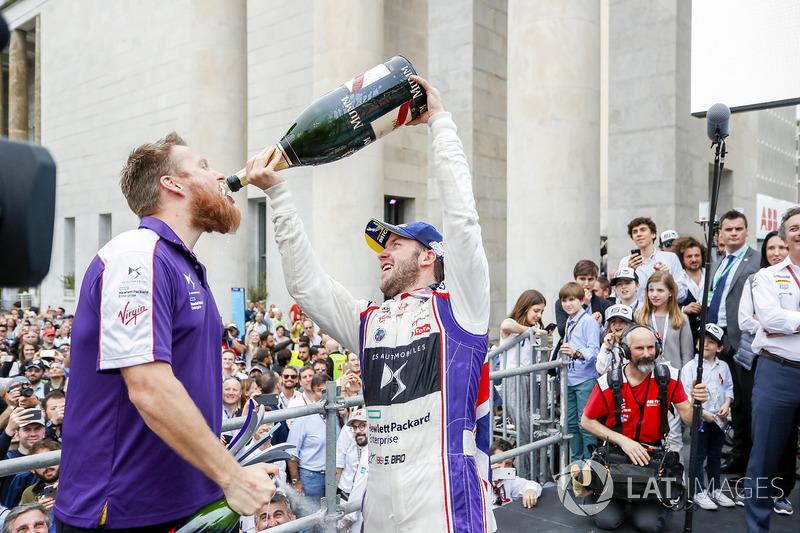 Ganador de la carrera Sam Bird, DS Virgin Racing celebra con el equipo DS Virgin Team