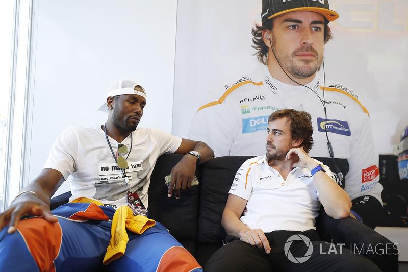 El jugador de baloncesto Serge Ibaka, de los Toronto Raptors en NBA e internacional con España, con Fernando Alonso, McLaren.