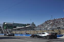 Valtteri Bottas, Mercedes AMG F1 W09, devant Lewis Hamilton, Mercedes AMG F1 W09, à la sortie des stands