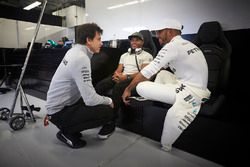 Toto Wolff, Executive Director Mercedes AMG F1, Nick Hamilton, Lewis Hamilton, Mercedes AMG F1