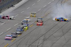 Kaz Grala, GMS Racing Chevrolet y Chris Fontaine, Glenden Enterprises Toyota Tundra wreck