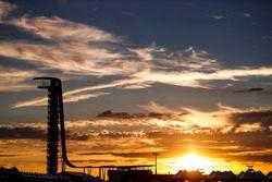 Il sole tramonta dietro alla torre di osservazione