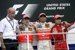 Podio: Ganador de la carrera Lewis Hamilton, McLaren, segundo lugar Fernando Alonso, McLaren y terce