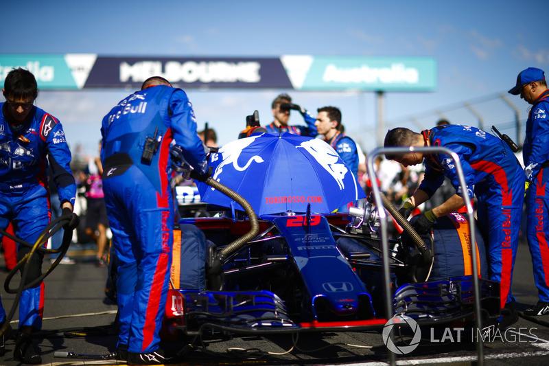 Toro Rosso engineers prepare the car of Brendon Hartley, Toro Rosso STR13 Honda, on the grid
