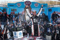 Clint Bowyer, Stewart-Haas Racing, Ford Fusion Haas Automation Demo Day celebra su victoria