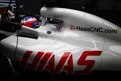 Romain Grosjean, Haas F1 Team VF-18 Ferrari, dans le garage
