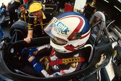 Nigel Mansell, Lotus 95T and Steve Hallam, Lotus Engineer