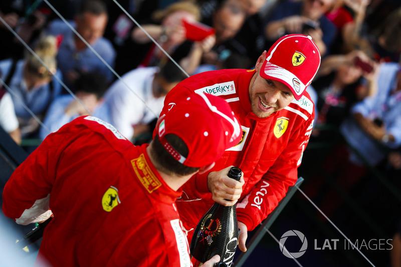 Il vincitore della gara Sebastian Vettel, Ferrari, e il terzo classificato Kimi Raikkonen, Ferrari festeggiano sul podio