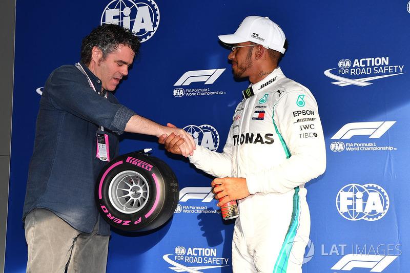 Pole sitter Lewis Hamilton, Mercedes-AMG F1 menerima Pirelli Pole Position Award