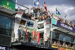 Inaki Rueda, stratège Ferrari, le deuxième, Lewis Hamilton, Mercedes AMG F1, le vainqueur Sebastian Vettel, Ferrari, et le troisième, Kimi Raikkonen, Ferrari, sur le podium
