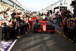 El ganador de la carrera Sebastian Vettel, Ferrari SF71H llega al parque cerrado y celebra con Mauri