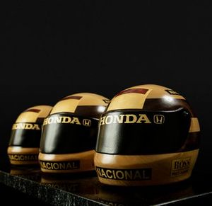 Capacetes de Ayrton Senna esculpidos em madeira pelo artista Cainã Gartner