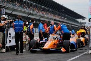 Scott Dixon, Chip Ganassi Racing Honda leaves on his qualifying run