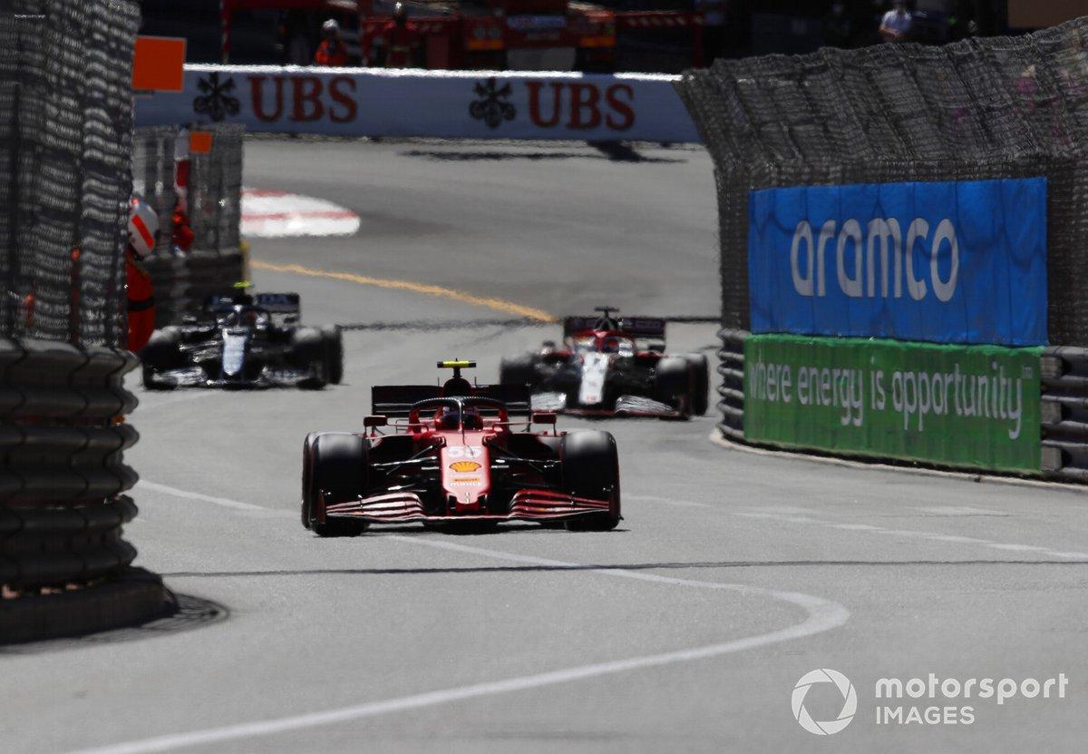 Carlos Sainz Jr., Ferrari SF21, Kimi Raikkonen, Alfa Romeo Racing C41, e Pierre Gasly, AlphaTauri AT02