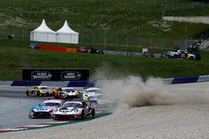 #75 Ku?s Team Bernhard Porsche 911 GT3 R: Christian Engelhart, Thomas Preining, #22 Toksport WRT Mercedes-AMG GT3 Evo: Maro Engel, Luca Stolz