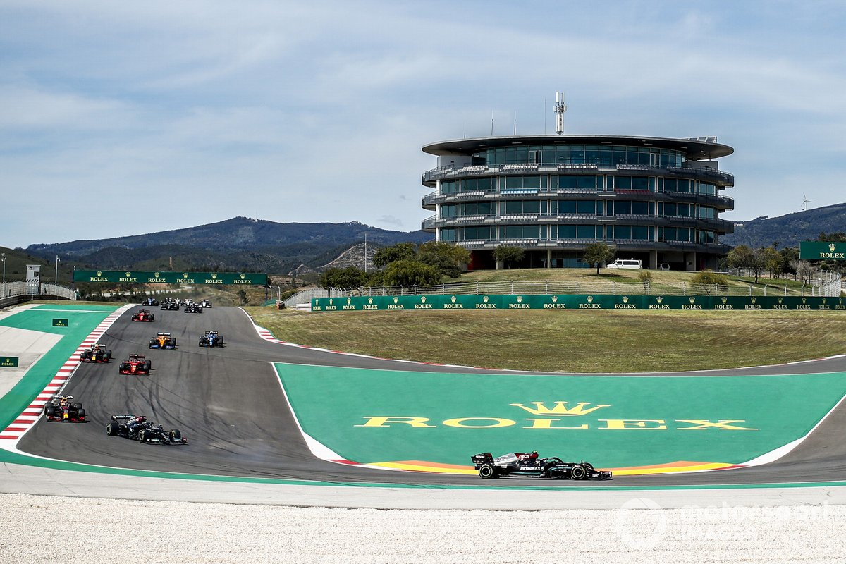 Valtteri Bottas, Mercedes W12, Lewis Hamilton, Mercedes W12, Max Verstappen, Red Bull Racing RB16B, Carlos Sainz Jr., Ferrari SF21, al inicio