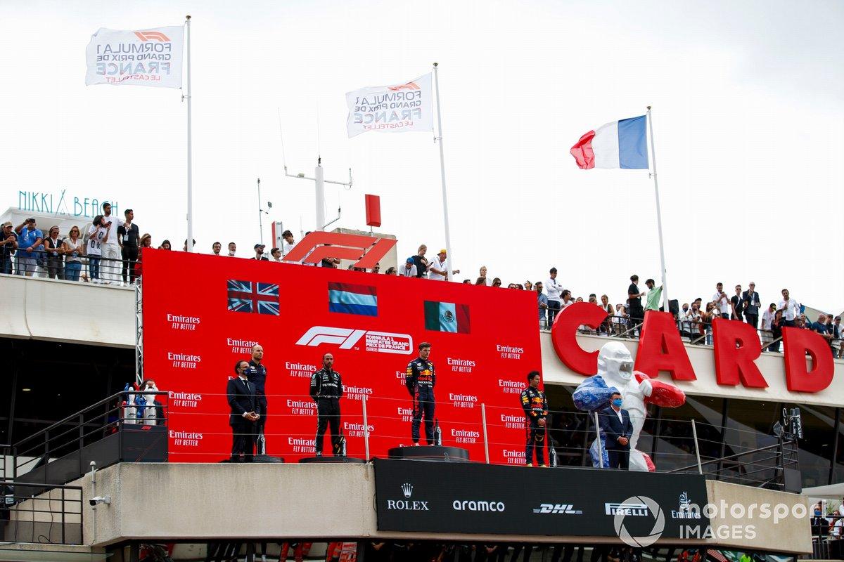 Gianpiero Lambiase, ingegnere di pista, Red Bull Racing, Lewis Hamilton, Mercedes, 2° classificato, Max Verstappen, Red Bull Racing, 1° classificato, e Sergio Perez, Red Bull Racing, 3° classificato, sul podio
