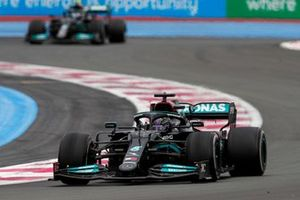 Sir Lewis Hamilton, Mercedes W12, voor Valtteri Bottas, Mercedes W12