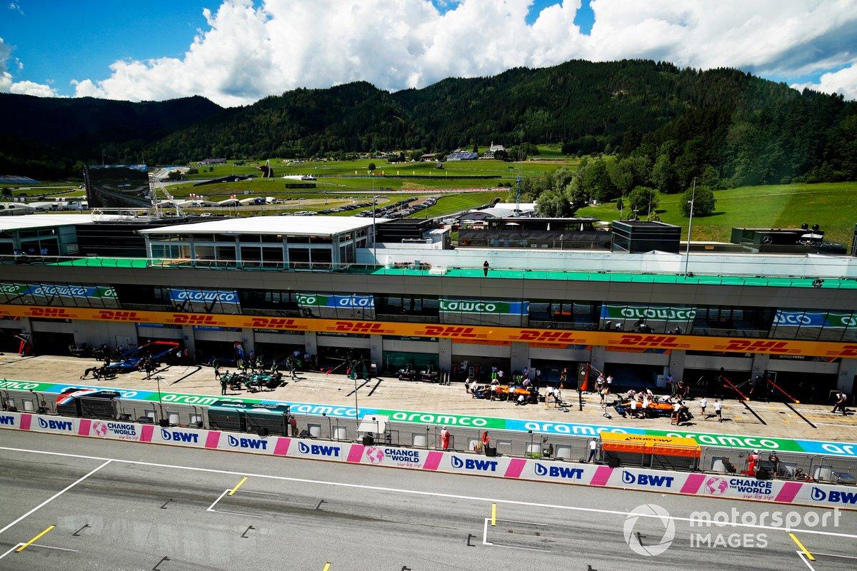 Lando Norris, McLaren MCL35M, Daniel Ricciardo, McLaren MCL35M, en pits