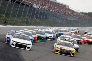 William Byron, Hendrick Motorsports, Chevrolet Camaro Axalta Color of the Year y Kyle Busch, Joe Gibbs Racing, Toyota Camry M&M's Mini's