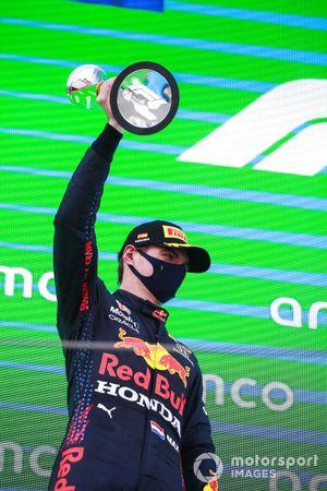 Max Verstappen, Red Bull Racing, 2 ° posto, alza il trofeo