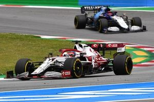 Kimi Raikkonen, Alfa Romeo Racing C41, George Russell, Williams FW43B