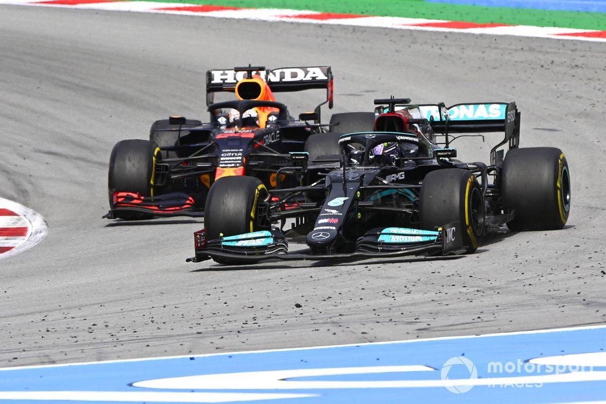 Lewis Hamilton, Mercedes W12, passa Max Verstappen, Red Bull Racing RB16B e si prende il primo posto