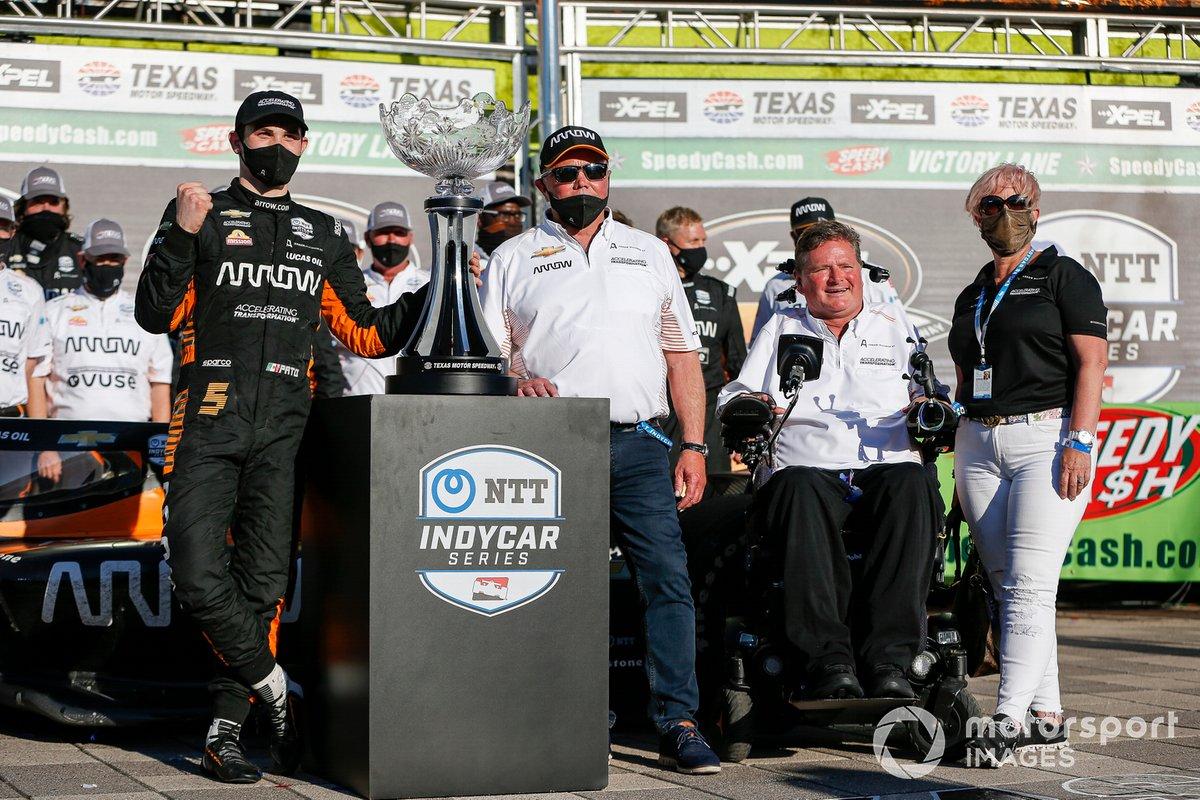 Patricio O'Ward, Arrow McLaren SP Chevrolet celebra la victoria en la XPEL 375 con Sam Schmidt, Ric y Penni Peterson