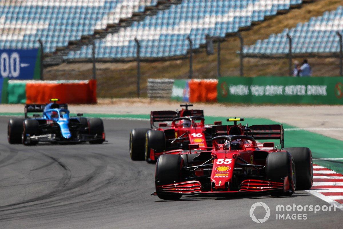 Carlos Sainz Jr., Ferrari SF21, Charles Leclerc, Ferrari SF21, Esteban Ocon, Alpine A521